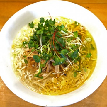 ハワイのカフェで頂く一杯!鶏と野菜そしてハーブで旨みを重ねた透明な洋風ブイヨンをイメージ『麺屋 Hulu-lu』