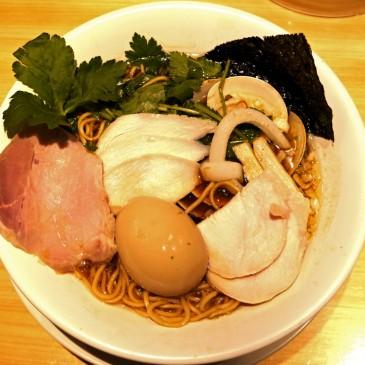ミシュラン掲載店!桑名産蛤と大山地鶏を用いたあっさりながら深い味わいの一杯を銀座で頂く『むぎとオリーブ』