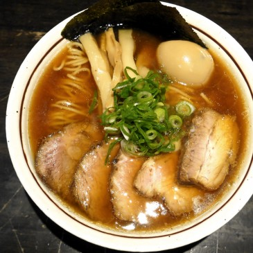 ミシュランビグルマンのお店!トロトロのバラと肉肉しいロースがのった鶏のうまみが詰った一杯『中華そば しながわ』